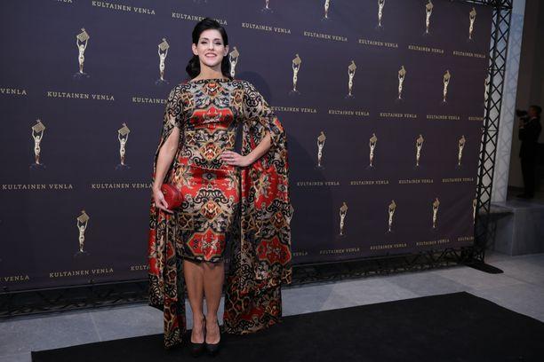 Laulajana ja Idols-tuomarina tunnettu Jannika B luotti kuvioituun mekkoon, jonka jujuna olivat näyttävät hihat. Tyyli puki upeasti tummahiuksista Jannikaa.