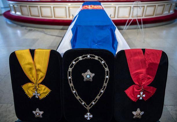 Arkkua koristivat Koiviston kunniamerkit.