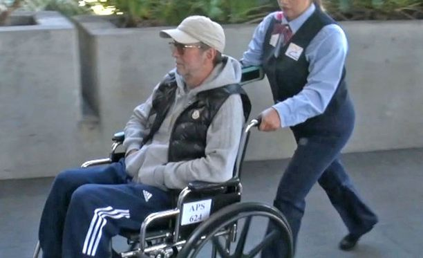 Eric Clapton liikui Los Angelesin kentällä pyörätuolilla.