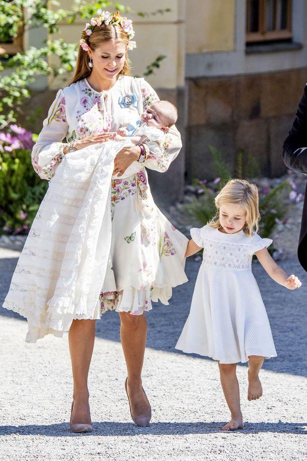 Kuvassa Madeleinen sylissään Adrienne-tytär ja vierellään Leonore-esikoinen.