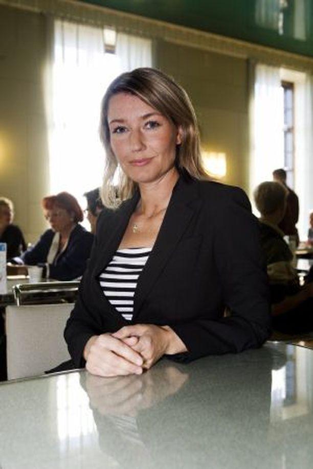 Maria Guzenina-Richardson etenee politiikassa vakaan määrätietoisesti. SDP:n puheenjohtajuuden aika ei ole vielä.