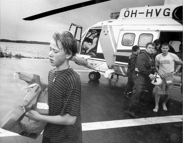 12-vuotias Mats Finnanger kuvattuna Estonian uppoamisen jälkeen. Kuvassa hän kantaa pelastusliivejä, joissa näyttää lukevan Wasa King. Se oli aluksen nimi vuoteen 1993 asti, jolloin se kuului Wasa Linelle.