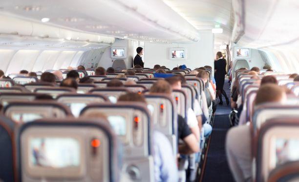 Finnairin lentokoneiden vessoista narautetaan vuosittain kymmeniä tupakoivia matkustajia. Kuvituskuva.