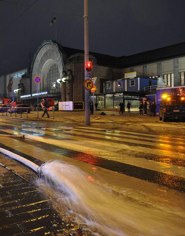 Vesivahinko sulki metroasemia Helsingissä sunnuntai-iltapäivällä.