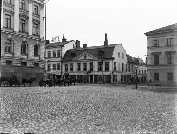Aleksanterinkatu Senaatintorilta. Vasemmalla näkyy Senaatintalo ja vuokra-ajuriasema. Kuvan arvioitu ottoaika 1891-1892.
