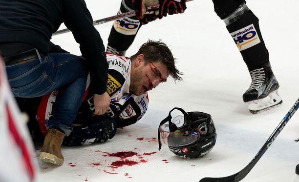 Michel Miklik vuosi runsaasti verta jäälle.