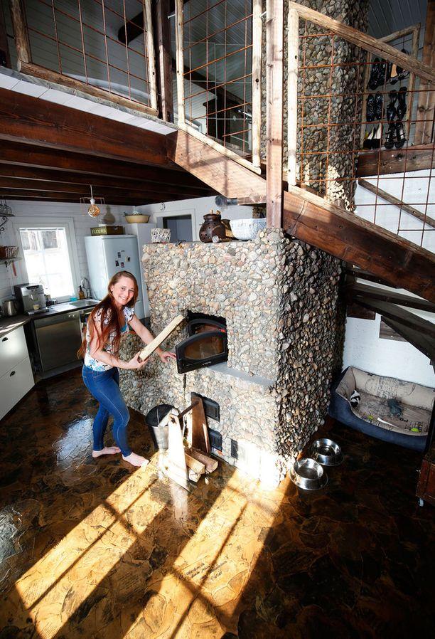 Riikan talon keskipiste on luonnonkivistä muurattu uuni. Talo on rakentunut uunin ympärille.