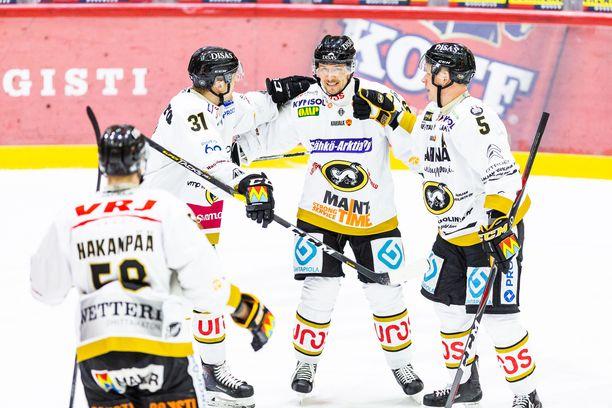Jussi Jokinen (keskellä) vastaanottaa onnitteluja nappisyötöstään Kärppien avausmaaliin.