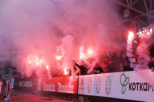 HIFK:n kannattajat polttivat soihtuja Stadin derbyssä.