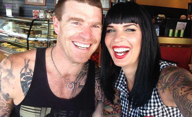 Sini miehensä Stuartin kanssa. Pari tapasi helmi-maaliskuun vaihteessa Thaimaassa.