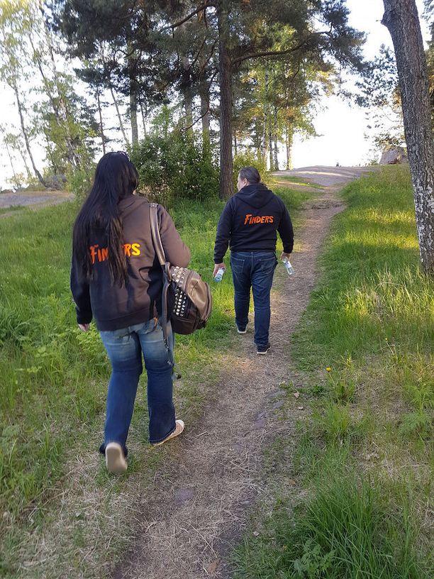 Etsivän nuorisotyön Mari Virtanen ja Tommi Iivonen matkalla nuorten pariin uimarannalle, jossa nuoriso juhlii koulujen päättymistä. Repuissa on kevyen ensiavun tarpeet eli esimerkiksi kolmioliina, puhdistusainetta ja laastareita.