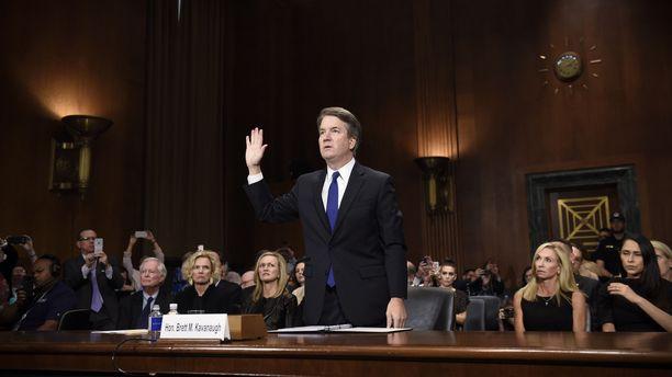 Brett Kavanauhg senaatin edessä. Tapaus nousi Yhdysvaltojen ykköspuheenaiheeksi viime viikolla.