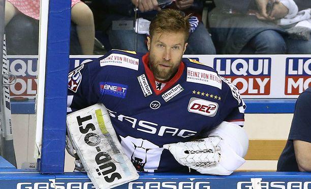 Petri Vehanen päätti pelaajauransa viime kauteen. Hän pelasi menneellä kaudella Saksan DEL-liigassa Eisbären Berlinin joukkueessa.
