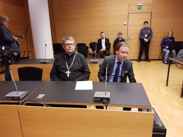 Kirkkoherra Markku Salmisen (vas.) johtama ortodoksinen seurakunta on ollut aiemminkin oikeudessa irtisanomispolitiikastaan.