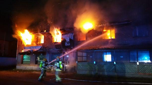 Kuvassa näkyy, kuinka rajusti tulipalo iskee rakennuksen ikkunoista.