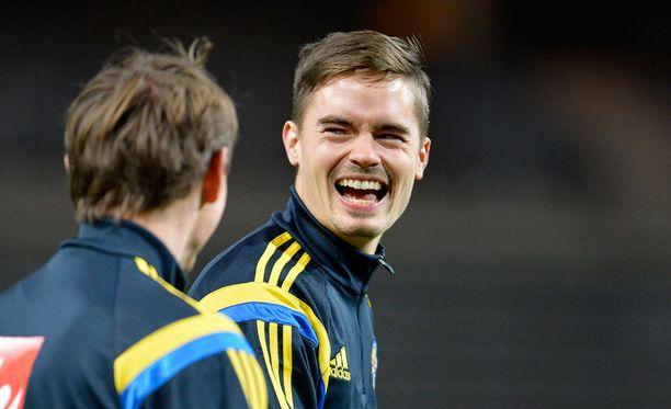 Mikael Lustig oli hyväntuulinen Ruotsin harjoituksissa.