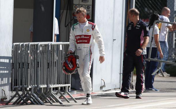 Kimi Räikkönen on jo kahdesti viikonlopun aikana lipsahtanut ulos samassa mutkassa.