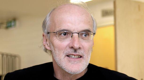 Työoikeuden professori Seppo Koskinen kannattaisi tasapuolisempaa leikkauspolitiikkaa.