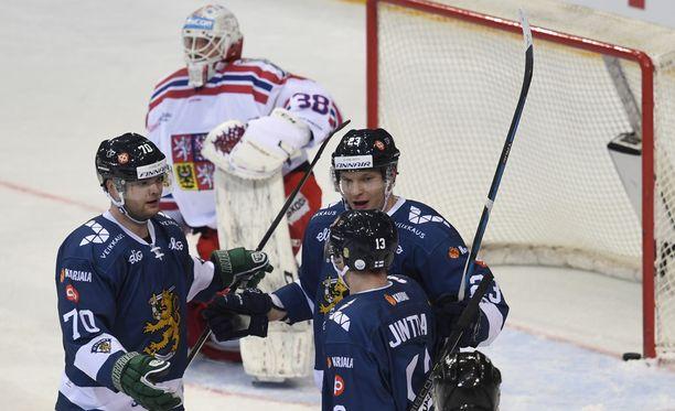 Teemu Hartikainen (70), Joonas Kamppainen ja Julius Junttila juhlivat Kemppaisen 0-2-maalia.