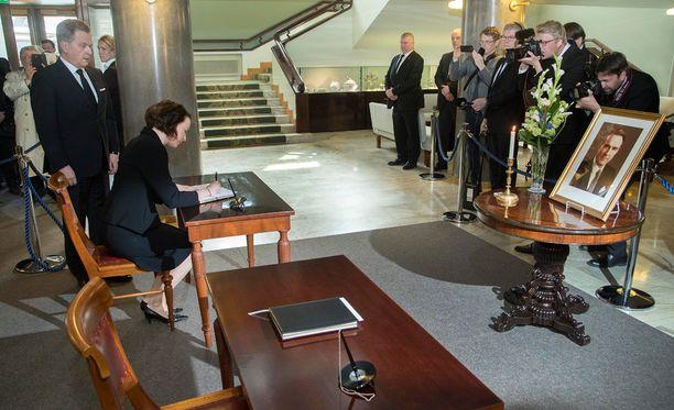 Presidentti Mauno Koiviston surukirjaan kirjoittivat ensimmäisinä nimensä tasavallan presidentti Sauli Niinistö ja rouva Jenni Haukio.
