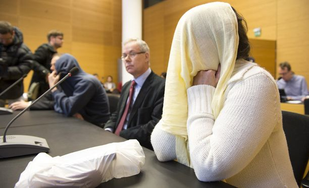 Eerikan isä ja äitipuoli peittivät tiistaina kasvonsa oikeudessa.