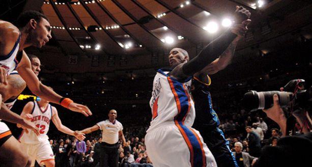 New York Knicksin ja Denver Nuggetsin peli päättyi miehekkääseen tanssiinkutsuun, jonka Nuggetsin J. R. Smith (oik.) esitti Knicks-pelaajille.