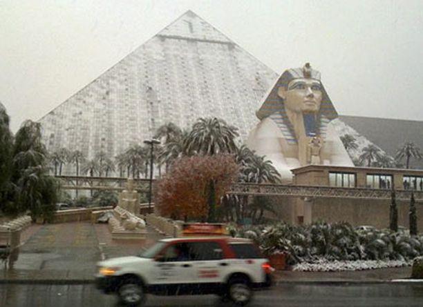 Lumeen tottumattomalla Las Vegasin liikennelaitoksella ole kalustoa teiden auraamiseksi ja suolaamiseksi.