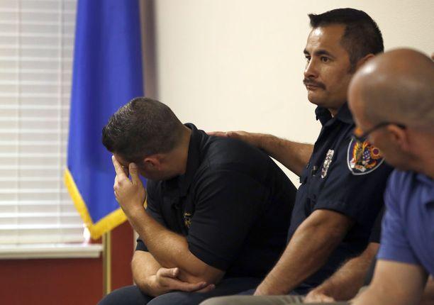 Palomies Anthony Robone liikuttui tiedotustilaisuudessa Las Vegasissa. Hänen isoveljensä sai surmansa iskussa.