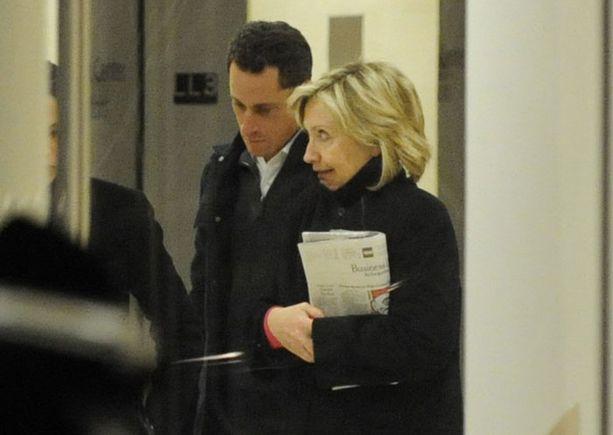 Hillary saapui sairaalaan miehensä tueksi.