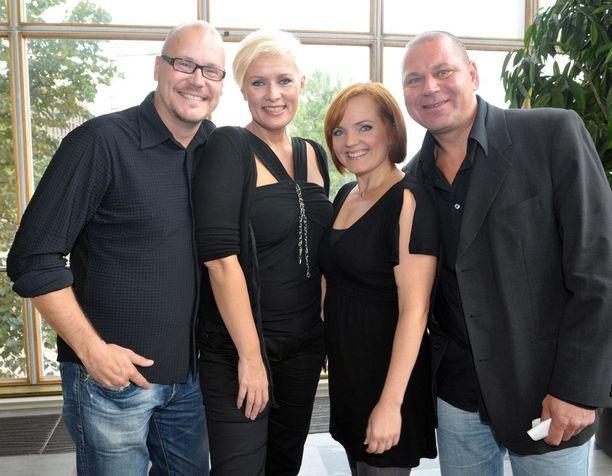 Vuonna 2010 vasemmalta oikealle kuvattuna Hanna-Riikka Siitosen aviomies näyttelijä-ohjaaja Janne Virtanen, Siitonen, laulaja Nina Tapio ja Tapion avomies Reijo Kontinen.