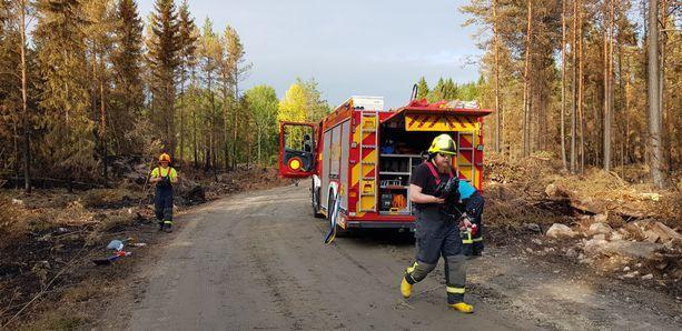 Pelastajat vartioivat, että palopesäkkeet eivät pääse syttymään uudelleen.