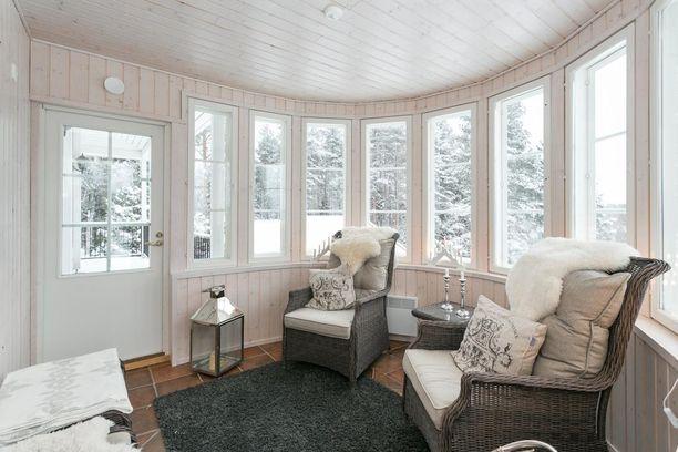 Tällä verannalla kelpaisi odotella vaikka joulupukkia. Lampaantaljat ja suuret lyhdyt tuovat talvitunnelmaa.
