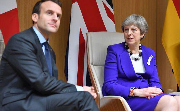 Ranskan presidentti Emmanuel Macron on väittänyt, että Ranskalla on todisteita kemiallisten aseiden käytöstä Doumassa. Britannian Theresa Mayn hallituksen mukaan kemiallisten aseiden käyttö on erittäin todennäköistä.