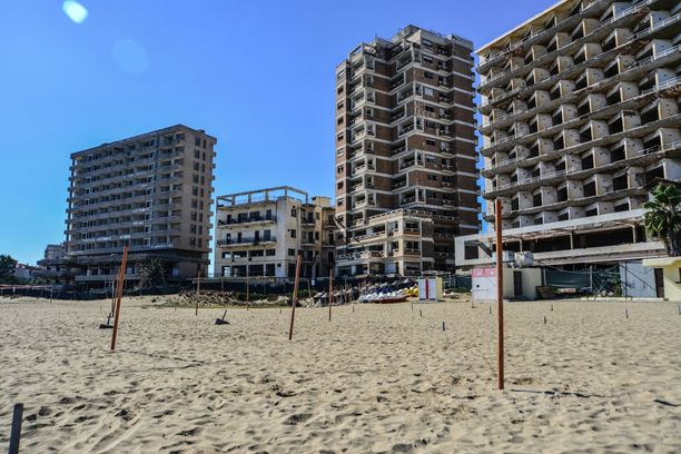 Rantahotellit ovat nyt tyhjillään. Turistien kaikottua rannalla uivat nyt merikilpikonnat.