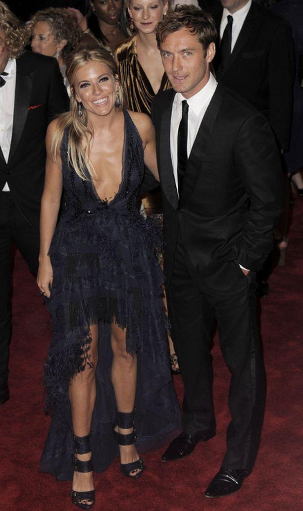 Sienna Miller ja Jude Law poseerasivat hymysuin punaisella matolla New Yorkissa.