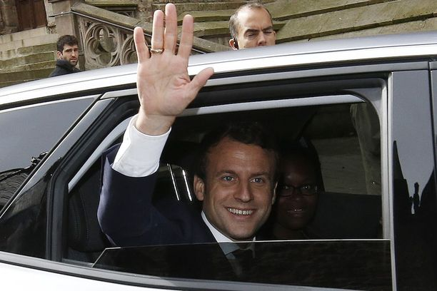 Emmanuel Macron tervehti kannattajiaan Rodezissa Ranskassa.