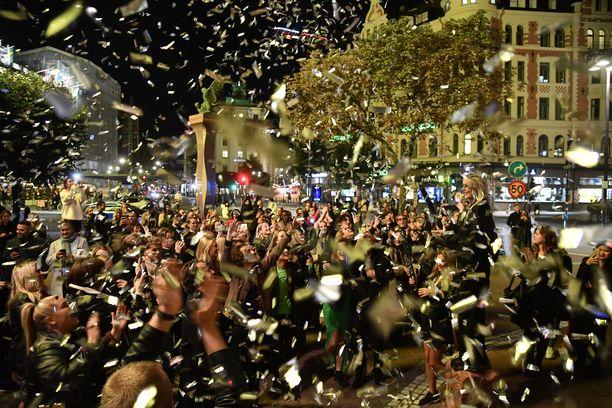 Ihmiset juhlivat koronarajoitusten poistumista Stureplanilla Tukholmassa keskiviikkona.