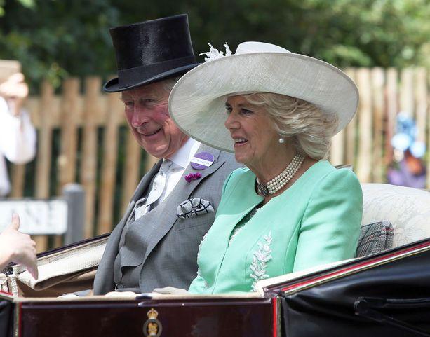 Cornwallin herttuatar Camilla on kahden lapsen äiti ja Britannian osteoporoosiyhdistyksen puheenjohtaja. Herttuattaren oma äiti menehtyi osteoporoosiin.