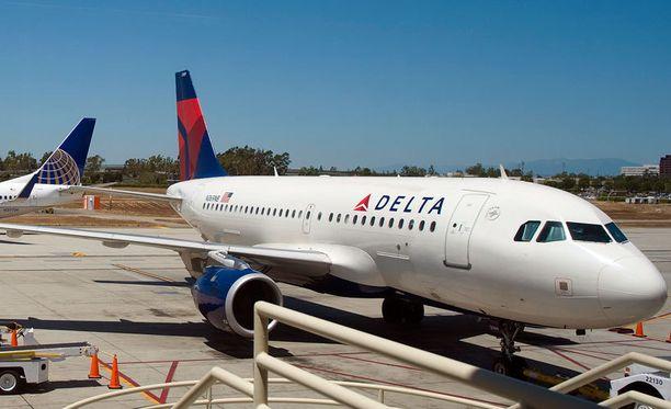 Delta Airlinesin lisäksi myöskään KLM ei saanut naista mahtumaan koneeseen.