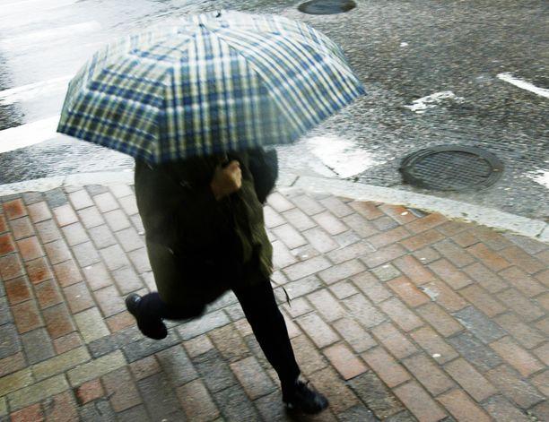 Keskiviikon aikana voi sataa vettä yli kymmenen millimetriä. Pohjoisessa sade tulee lumena.