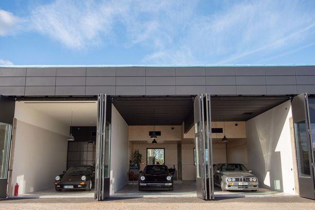"""Speedhooked Garagen ensimmäiset """"miesluolat"""" ovat valmistuneet Porvoon Kuninkaanporttiin. Yhteensä ensimmäiseen rakennukseen mahtuu 15 tallia."""