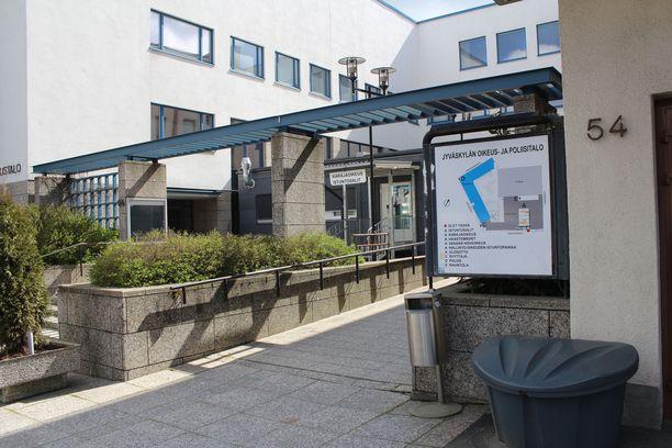 Baltzarin oikeudenkäynti istuttiin suljettujen ovien takana uhrien suojaamiseksi.