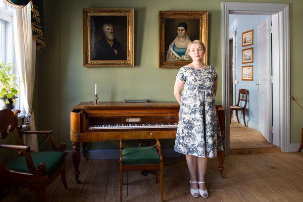 Äitiysmekko 1950-luvun lopulta. Brita tuskin ehti käyttämän mekkoa, koska Timo syntyi etuajassa.