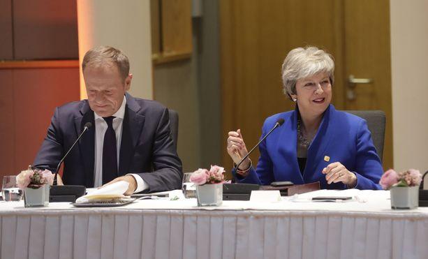 Donald Tusk ja Theresa May sopivat Brysselissä brexitin jatkoajasta.
