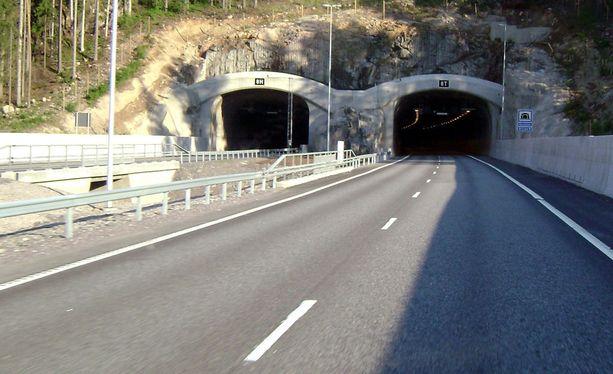 Karnaisten tietunneli on runsaat kaksi kilometriä pitkä ja se on Suomen toiseksi pisin tietunneli.