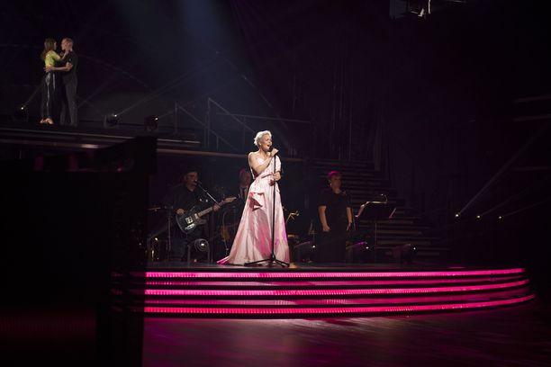 Roosa nauhan suunnitellut Anna Puu esiintyi tunteikkaassa live-lähetyksessä.