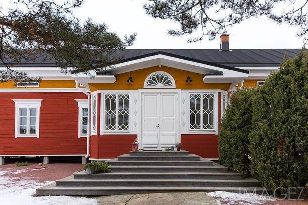 Perinteiseen tyyliin vuonna 2012 rakennettu talo sijaitsee Kustavissa. Hirsitalon isossa tuvassa on takka- ja leivinuuni -kokonaisuus, lattioiden päämateriaali on mäntylankkua ja lisää asumistilaa kokonaisuuteen tuo tunnelmallinen piha-aitta.