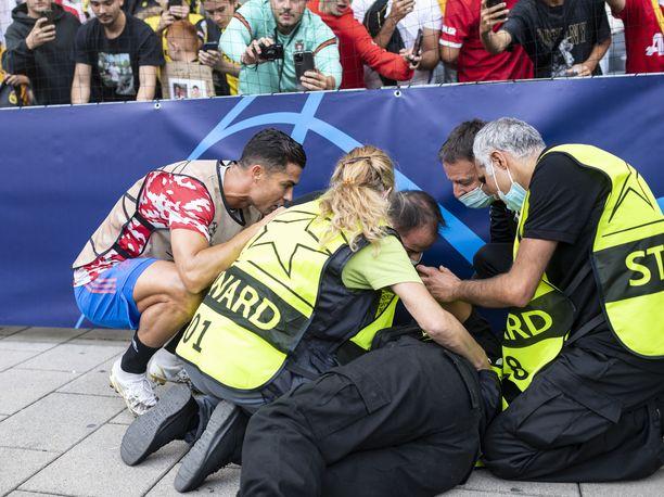 Cristiano Ronaldo kävi tarkistamassa vartijan vointia ikävän tilanteen jälkeen.
