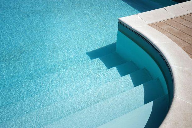 Aurinkoinen uima-allas Italian Pugliassa.
