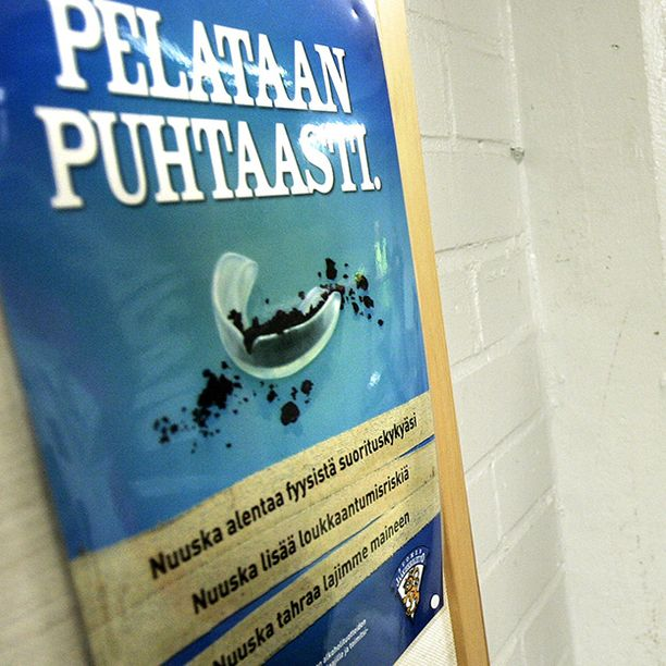Jääkiekkoliitto on yrittänyt paimentaa juniorien nuuskaamista pitkään. Kuva vuodelta 2007.